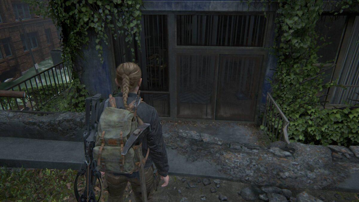 Abby steht in The Last of Us 2 am Rand einer Brücke und blickt auf einen Balkon.