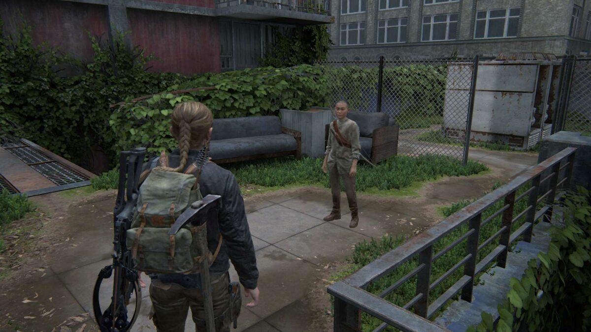 Abby und Lev stehen in The Last of Us auf einer Dachterrasse.