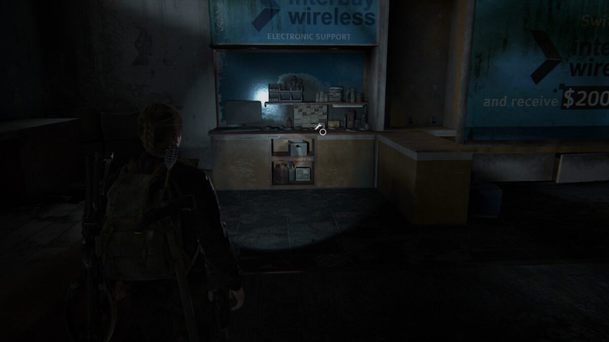 Abby steht in The Last of Us 2 vor einer Werkbank.