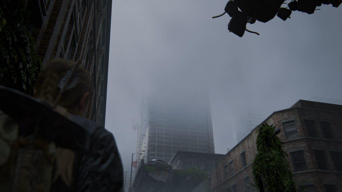 Abby blickt in The Last of Us 2 auf einen Wolkenkratzer.