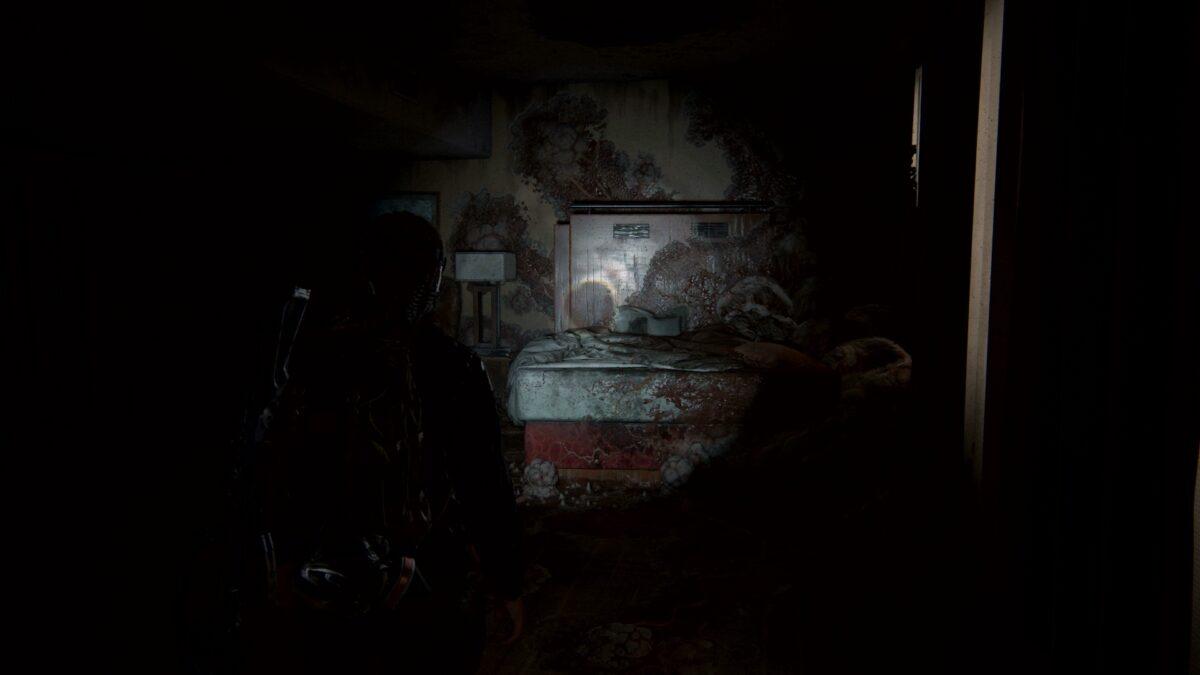 Abby blickt in The Last of Us 2 auf ein von Pilzen umwuchtertes Hotelzimmerbett.