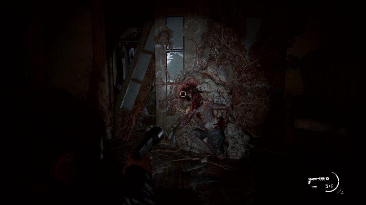 Abby zielt in The Last of Us 2 mit der Pistole auf einen mit der Wand verwachsenen Stalker.