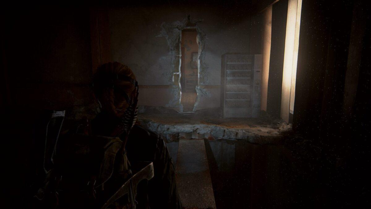 Abby betritt in The Last of Us 2 einen sporenverseuchten Bereich im Hotel.