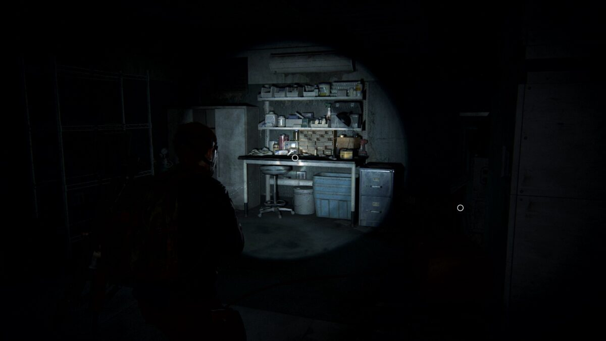 Abby steht in The Last of Us 2 vor der Werkbank in Ground Zero.