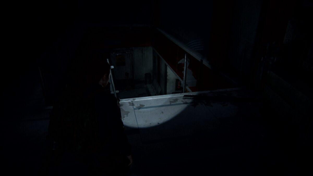 Ally steht in The Last of Us 2 vor einem kaputten Geländer im Krankenhaus.
