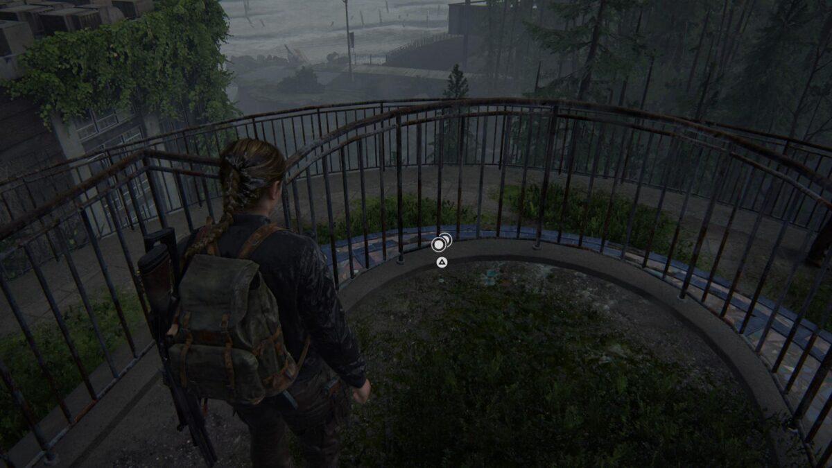"""Abby steht in The Last of Us 2 vor der Münze """"Kansas""""."""