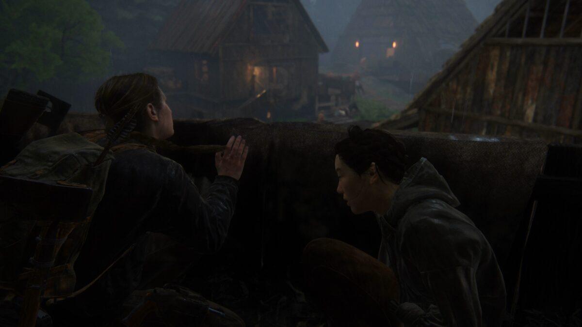 Abby und Yara verstecken sich in The Last of Us 2 vor den Wachen in einem Seraphiten-Dorf.