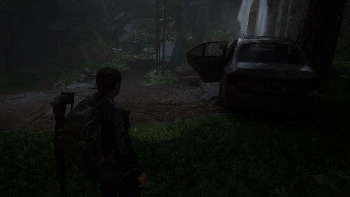"""Abby findet in The Last of Us 2 die Münze """"North Carolina"""" neben einem Autowrack."""