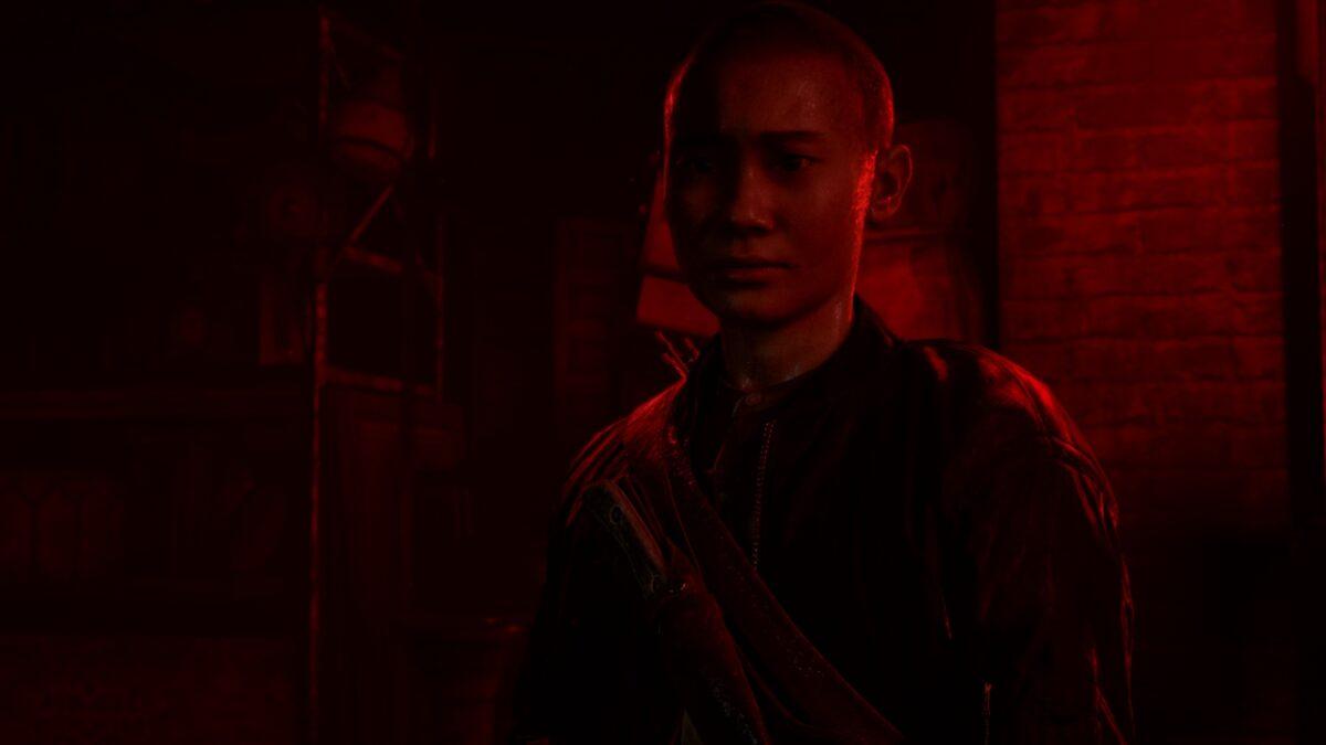 Lev steht in The Last of Us im roten Licht des Theaterkellers.