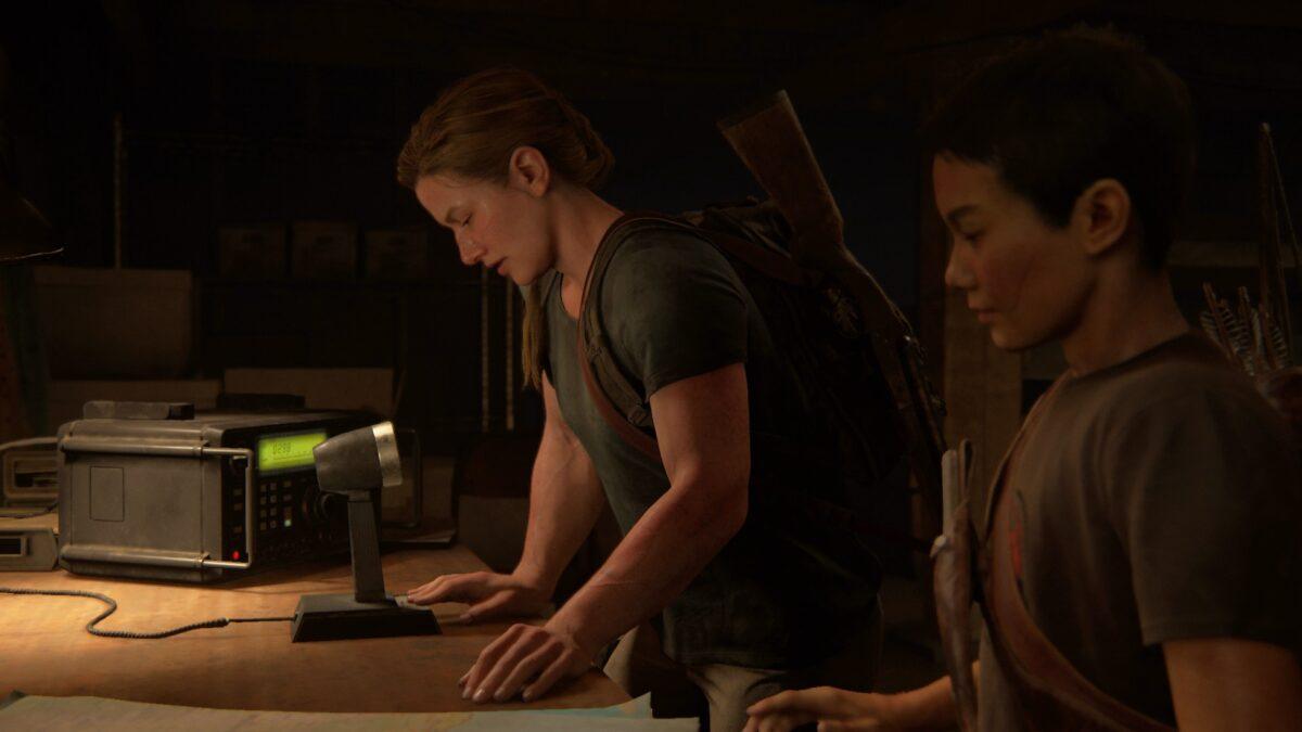 Abby und Lev finden in The Last of Us 2 ein Funkerät.