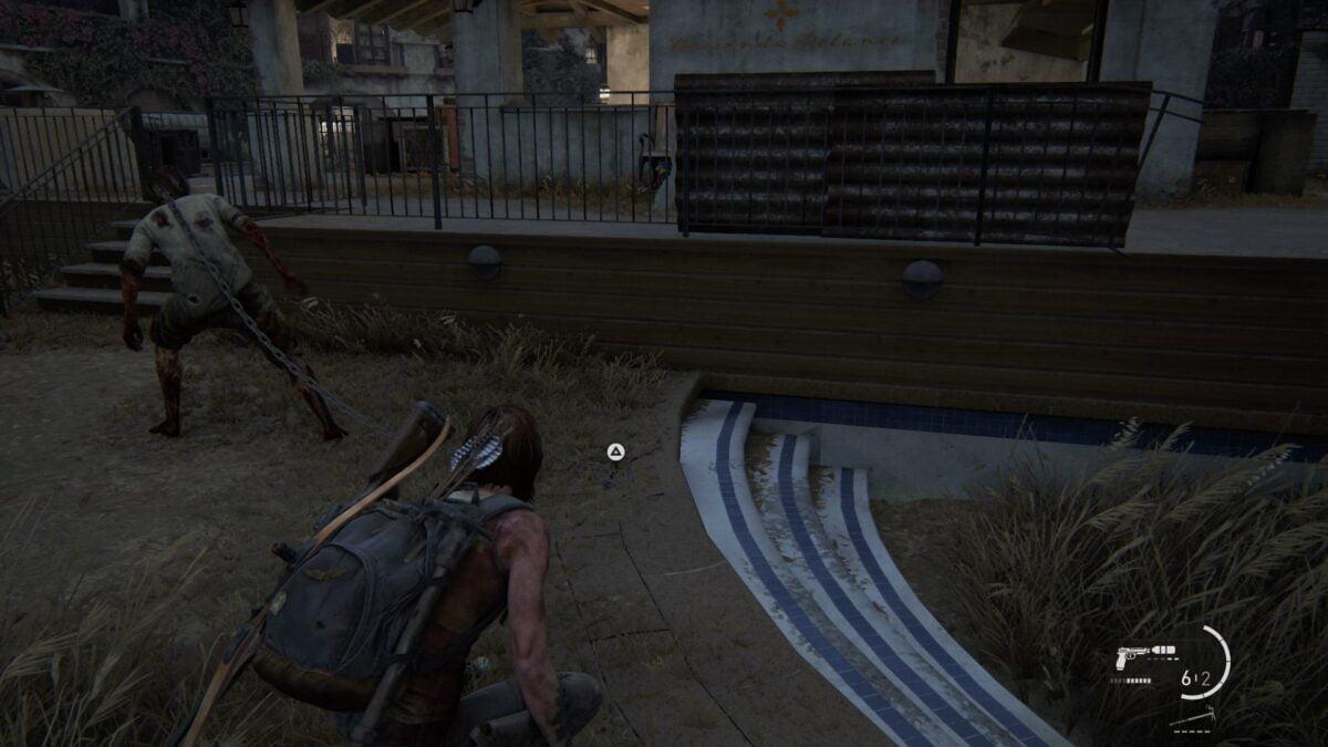 Ellie lässt im Resort von The Last of Us 2 Infizierte frei.