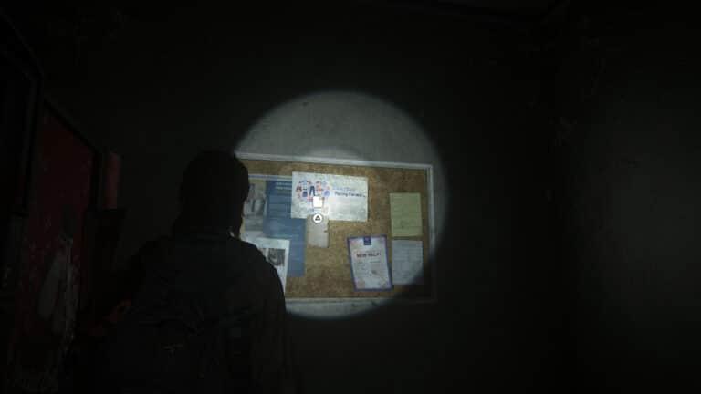 An einer Pinnwand klebt das Artefakt Gebrauchtwarenladen-Notiz