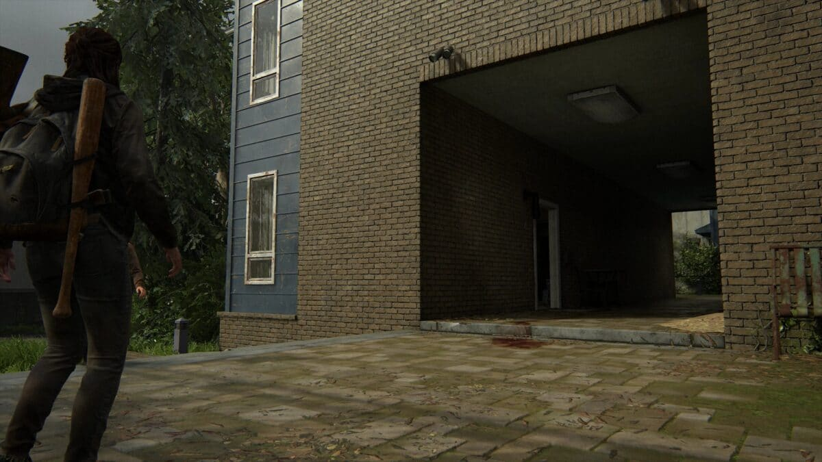 Blick auf Durchgang mit offener Wohnungstür zu Haus Nummer 6