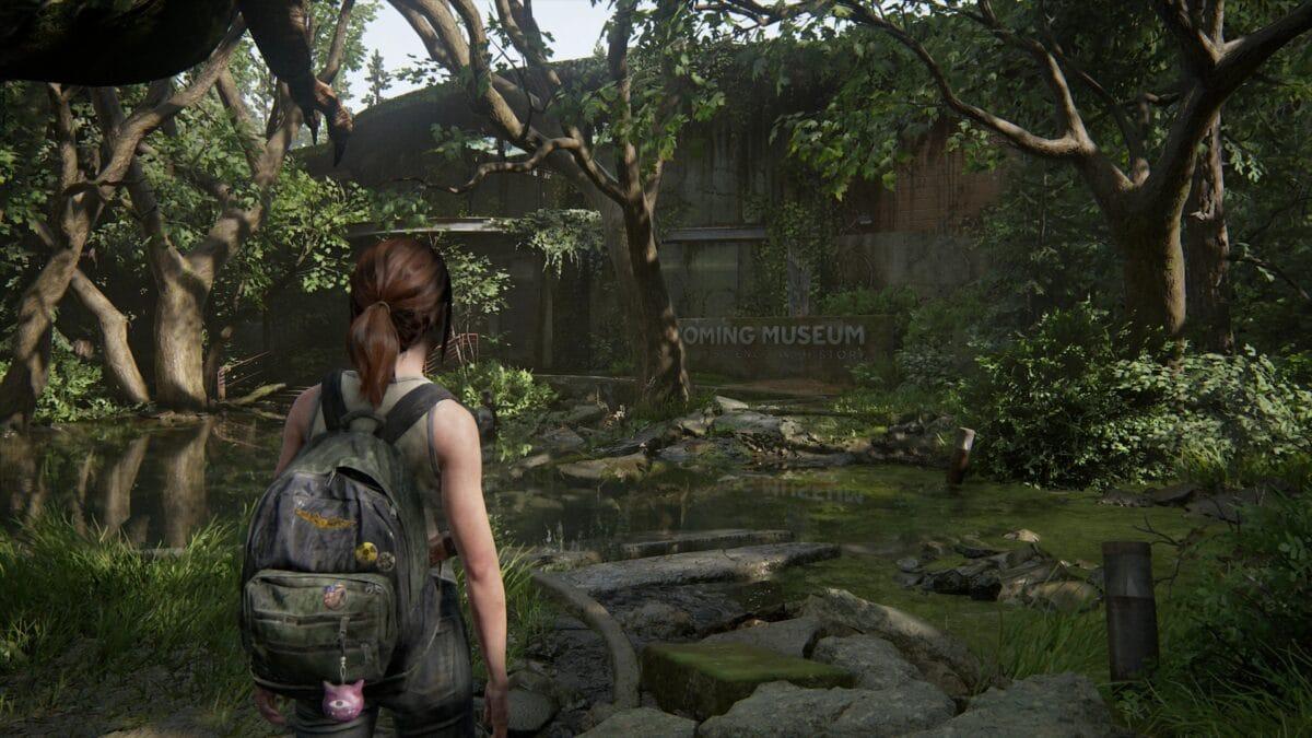 Die junge Ellie geht auf das Wyoming Museum in The Last of Us 2 zu