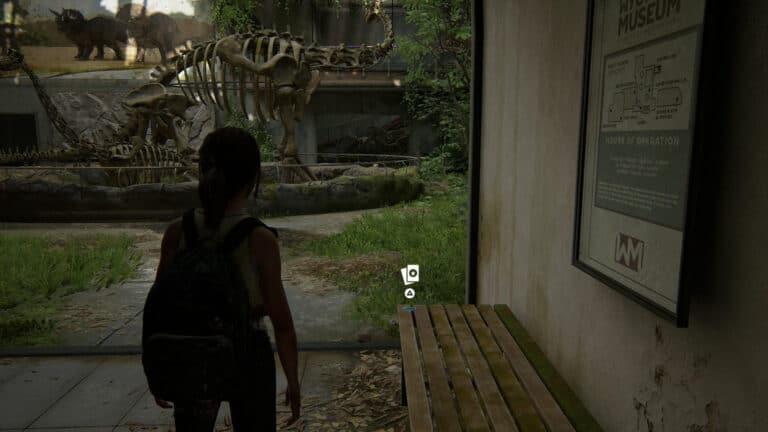 Ellie findet die Sammelkarte The Nighthawk auf der Ecke der Sitzbank im Sauriermuseum