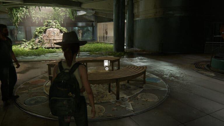 Auf der halbrunden Holzbank kann Ellie einen weiteren Tagebucheintrag vornehmen