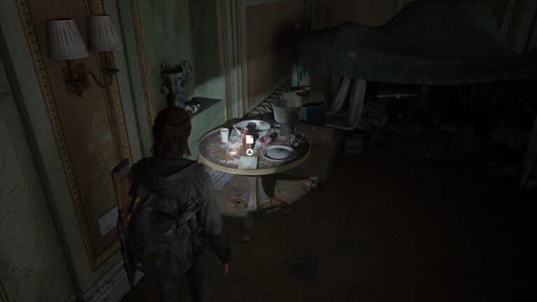 Auf einem Tisch mit gebrauchten Tellern und leeren Getränkedosen liegt das Artefakt Tagebuch eines einsamen FEDRA-Soldaten