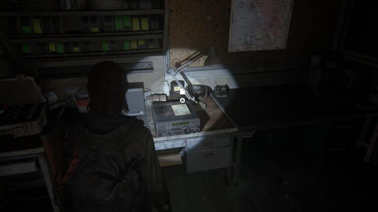 Auf einem Funkgerät in der Werkstatt des Theaters liegt das Artefakt Tagebuch eines einsamen FEDRA- Soldaten (2)