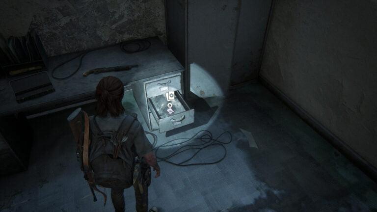 In einer Schublade liegt die Sammelkarte Arch-Enemy in The Last of Us 2