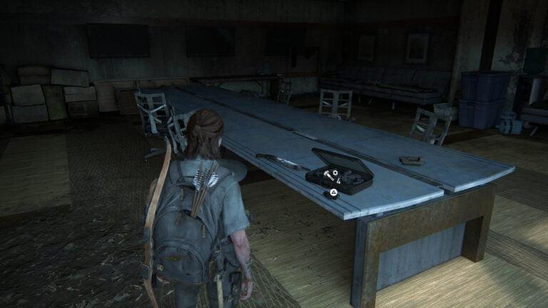 18 Upgrade-Teile auf dem Tisch im Konferenzraum in The Last of Us 2