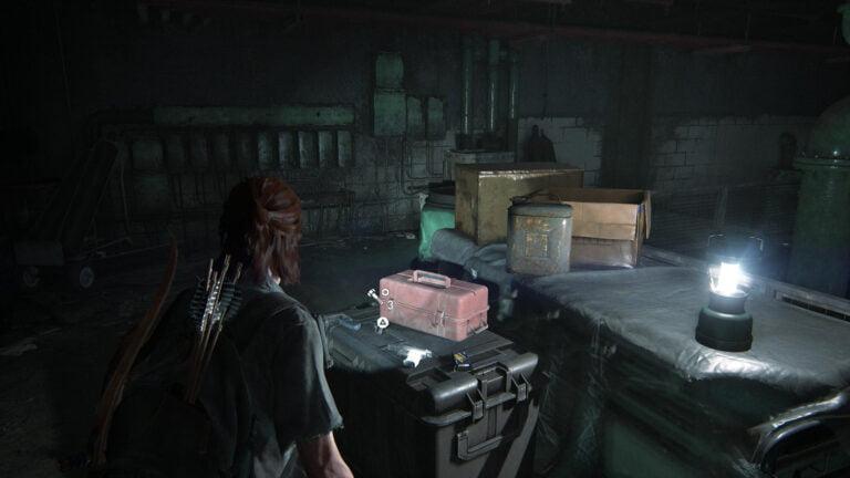 4 Upgrade-Teile auf Kiste im Heizungsgebäude im Lakehill Hospital in The Last of Us 2
