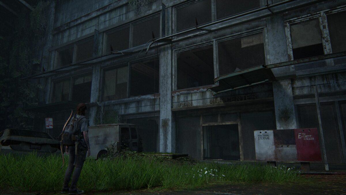 Ellie vor der Außenstelle des Seattle Conference Center in The Last of Us 2