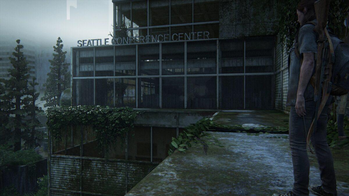 Ellie steht auf einer Brüstung neben dem Seatlle Conference Center in The Last of Us 2