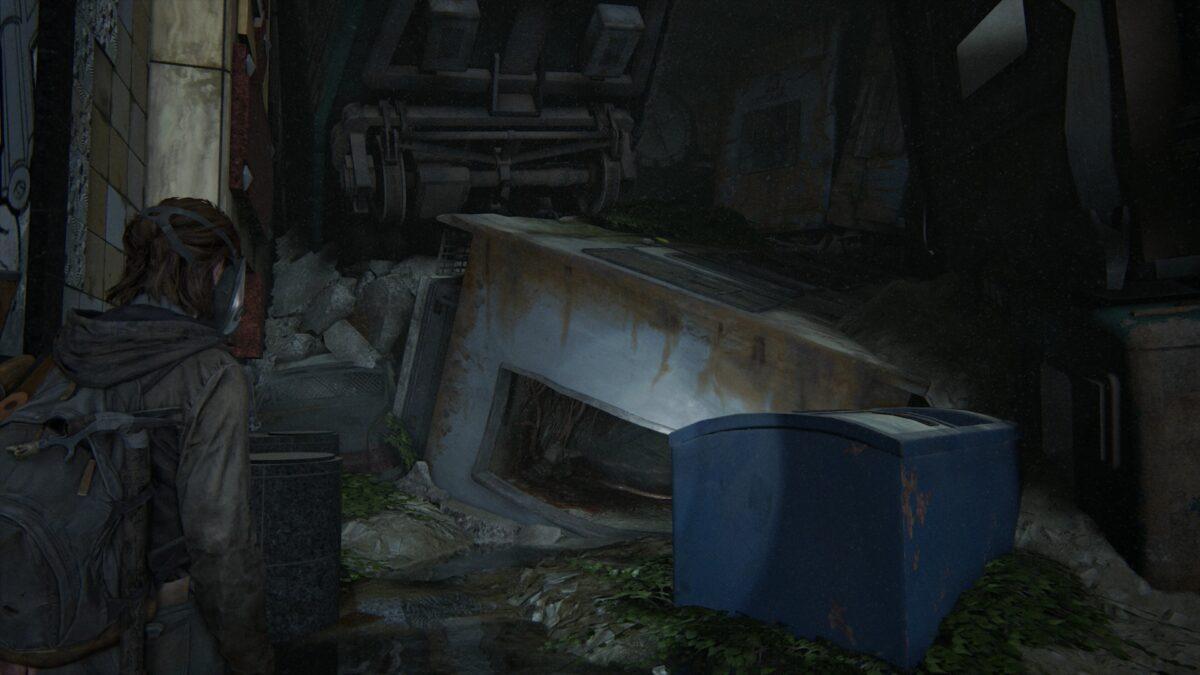 Ellie vor einem umgekippten U-Bahn-Waggon in den Tunneln in The Last of Us 2