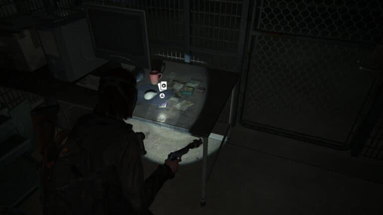 Halb unter einem Mousepad auf einem Schreibtisch in den Tunneln verborgen liegt die Sammelkarte Dr. Daniela Starr