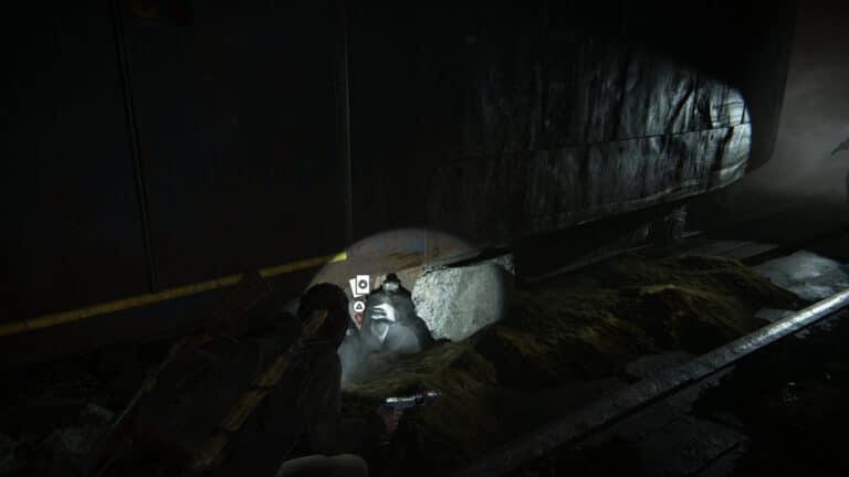 Unter dem letzten U-Bahn-Waggon liegt die Sammelkarte The Imp versteckt zwischen Müllbeuteln