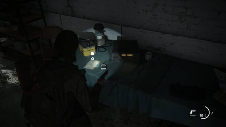 Neben einem Funkgerät liegt das Artefakt Isaacs Auftrag in The Last of Us 2