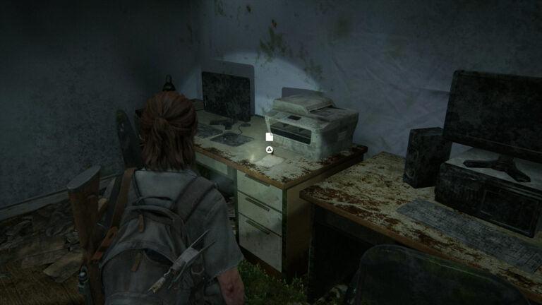 """Neben einem alten Kopierer auf einem Schreibtisch in The Last of Us 2 liegt das Artefakt """"Kondolenzschreiben"""""""