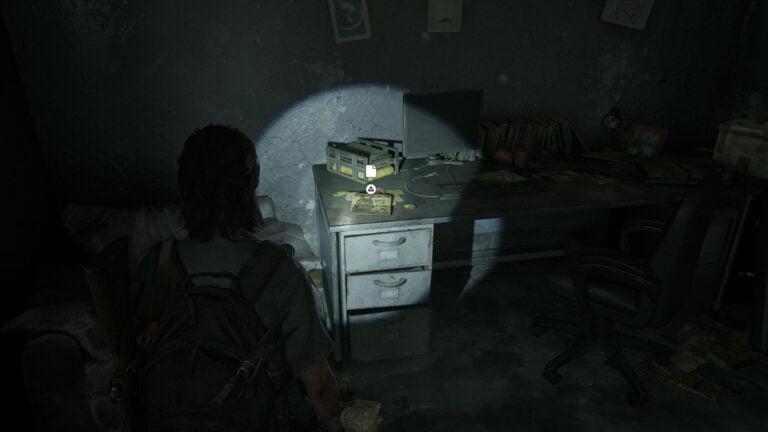 """Auf einem Schreibtisch liegt das Artefakt """"Kommt zur WLF- Notiz"""" in The Last of Us 2"""