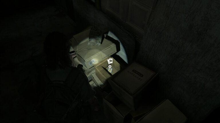 Im Karton an der Wand liegt die Sammelkarte Sahir the Sorcerer in The Last of Us 2