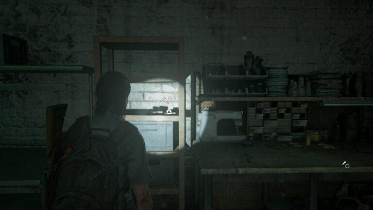 5 Upgrade-Teile im Regal links neben der Werkbank im Keller von Rosemont in The Last of Us 2
