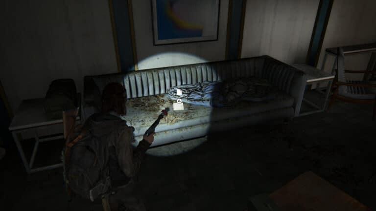 Auf der Couch im Büro von Kanal 13 liegt eine Notiz, das Artefakt Dads Zuspruch