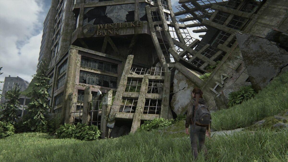 Ellie steht vor der Westlake Bank im Zentrum von Seattle in The Last of Us 2