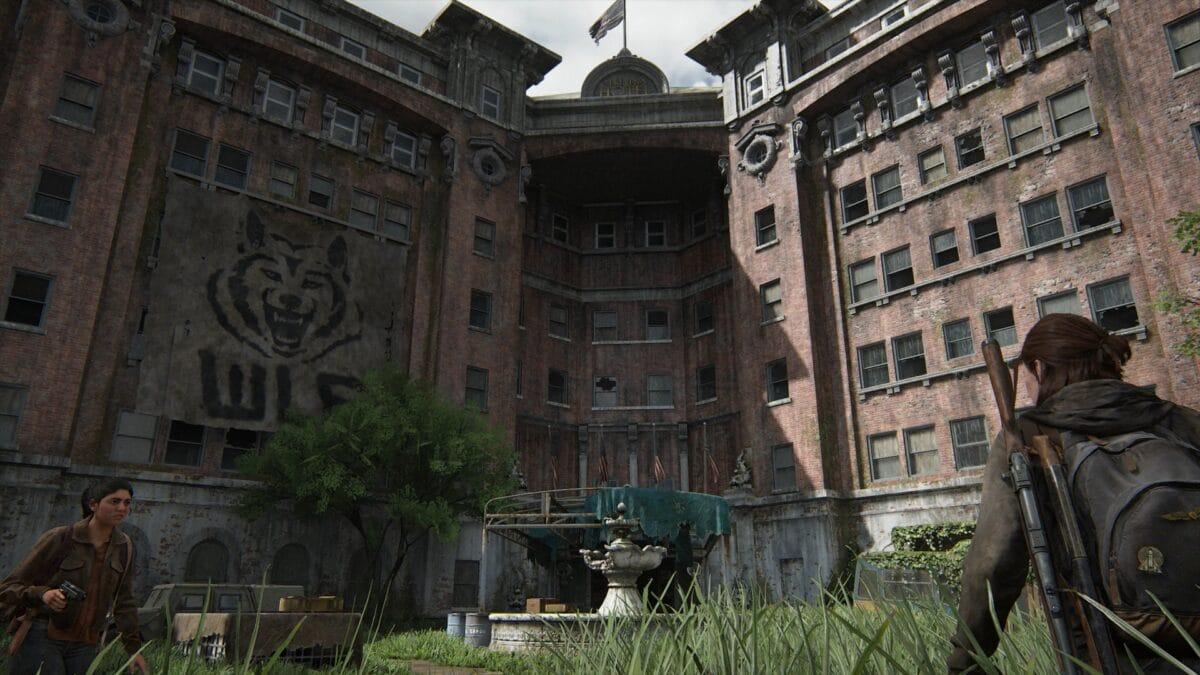 Ellie und Dina mit gezogener Waffe auf dem Vorplatz des Serevena-Hotels in The Last of Us 2
