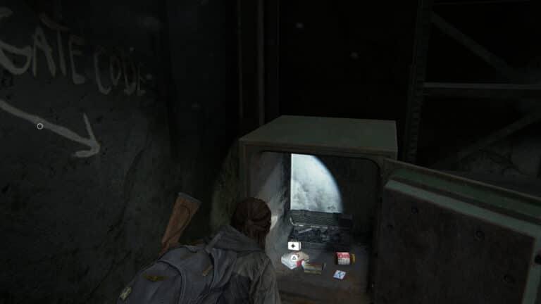 Ein offener Safe zeigt ein Medi-Kit, Zusätze, eine Sammelkarte und Munition