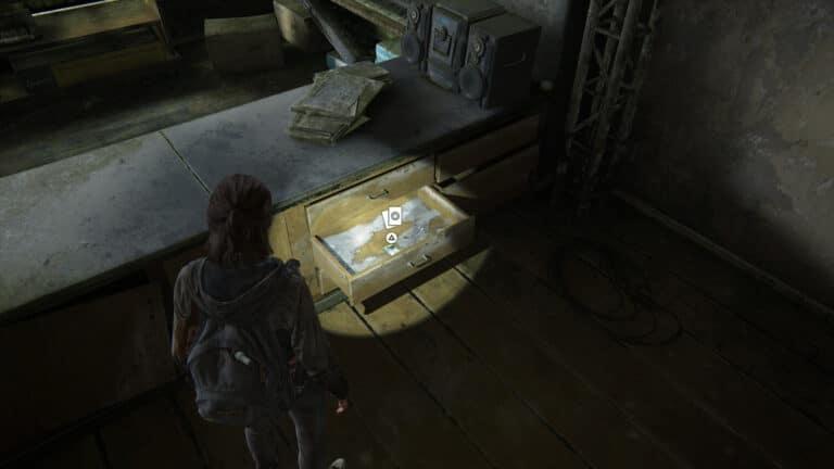 Unter einem schmutzigen Tresen in eine Schublade liegt die Sammelkarte Das Wort