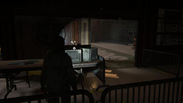 Upgrade-Teile auf dem mittleren Tisch im Vorraum der Synagoge in The Last of Us 2