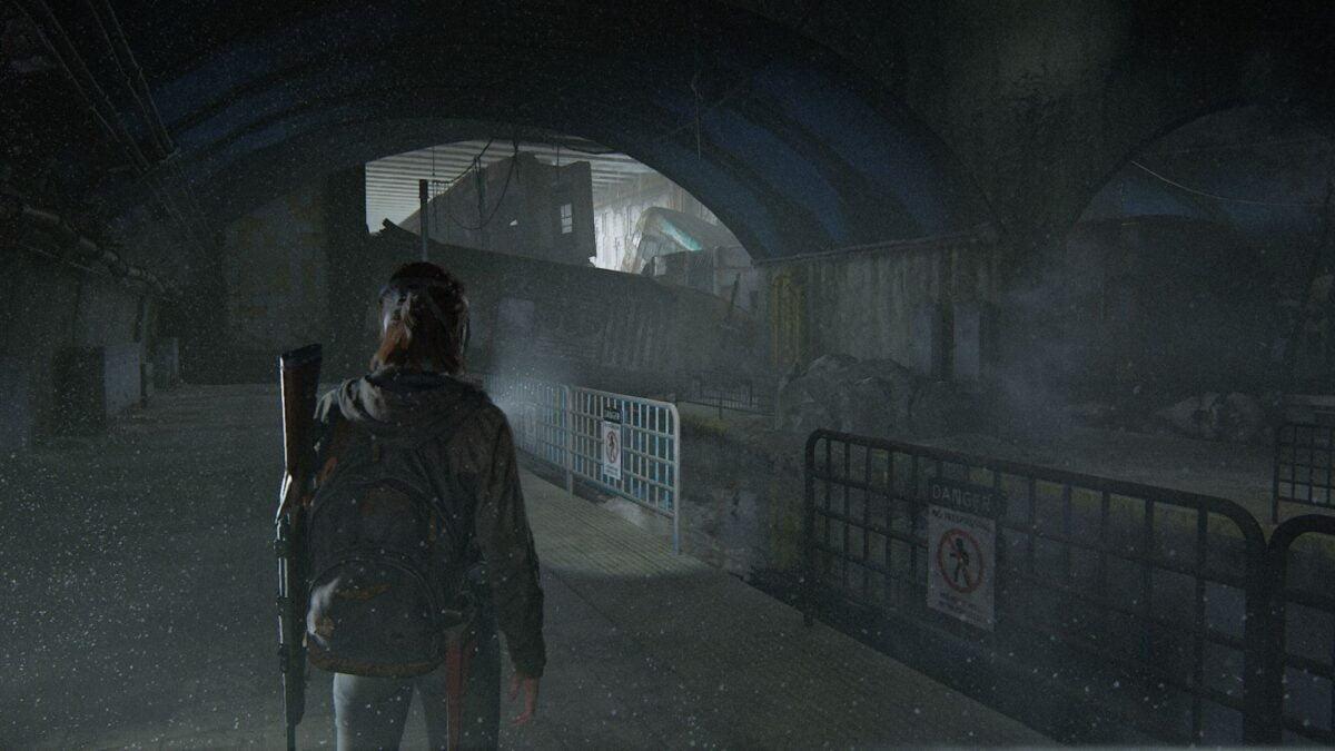 Ellie steht in den Tunneln von The Last of Us Part 2 vor U-Bahn-Wracks.