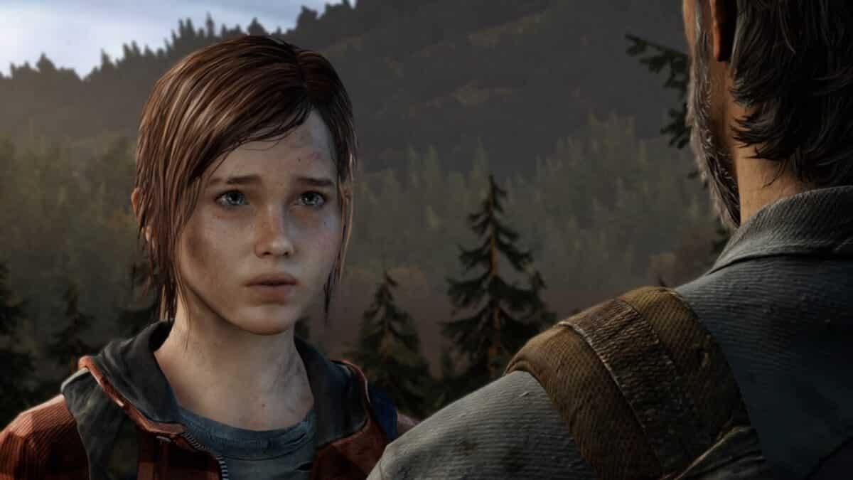 Ellie und Joel stehen im Wald und sprechen miteinander
