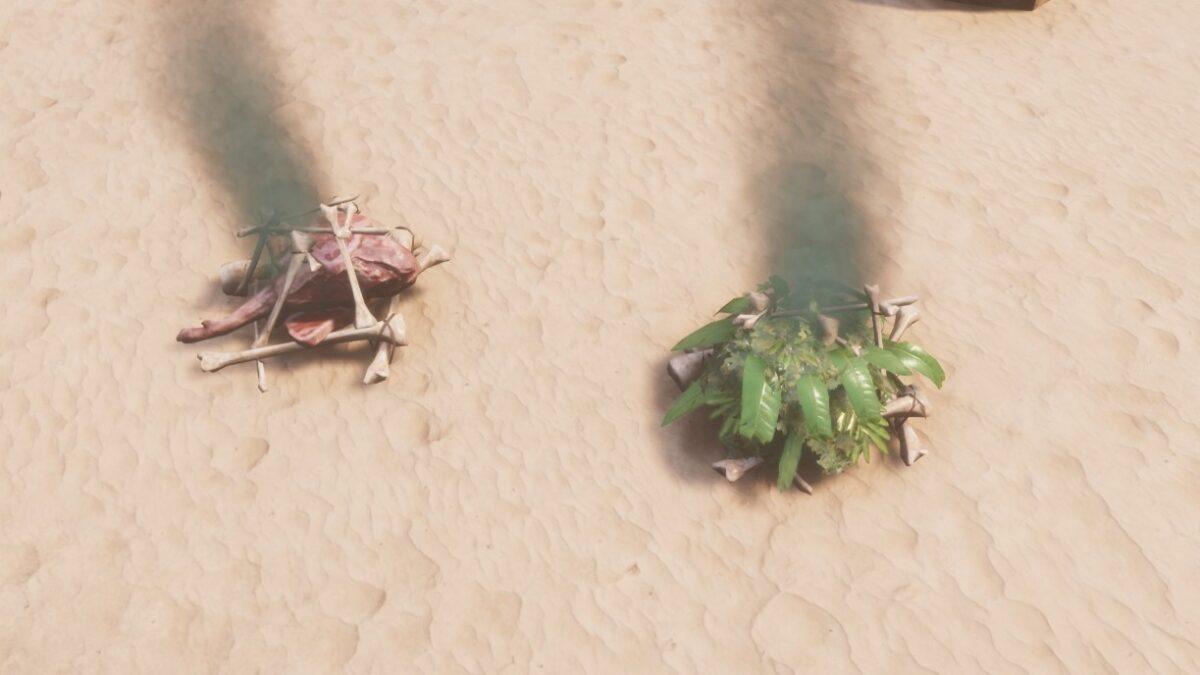 Conan Exiles Religionen zwei rauchende mit rohem Fleisch und Palmwedeln vermengte Knochenhaufen