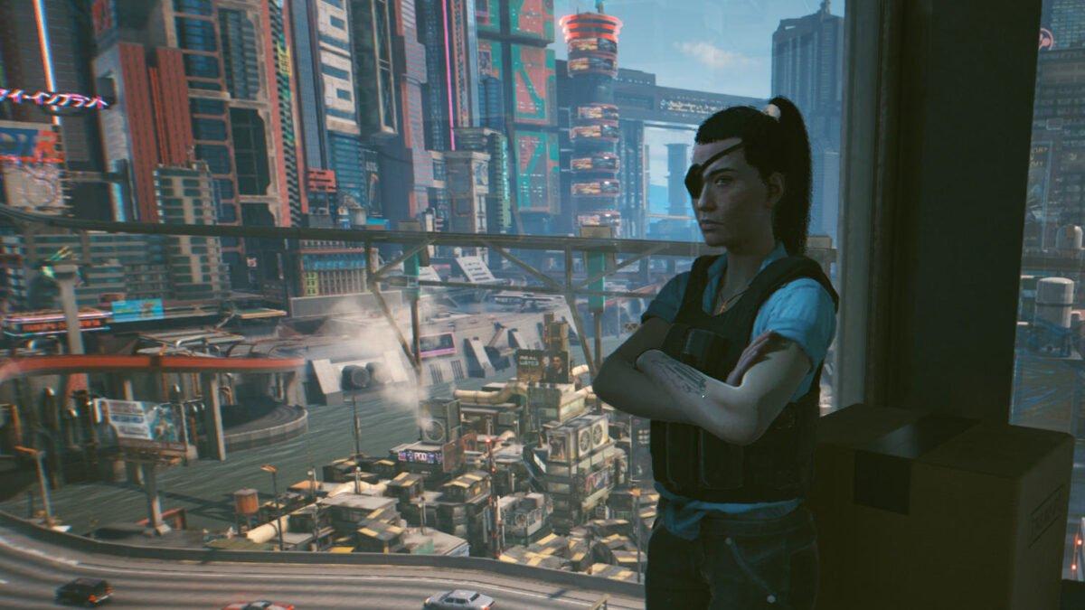 Cyberpunk 2077 Cyberpsychos Fixerin Regina Jones steht an Panoramafenster mit Blick auf Night City