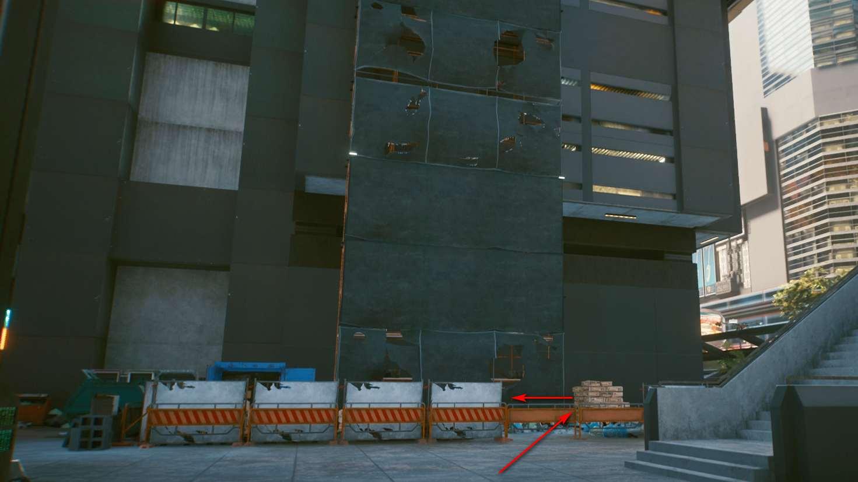 Cyberpunk 2077 Kleidung-Guide Hochhaus mit Gerüst und Baustelle an der Frontseite