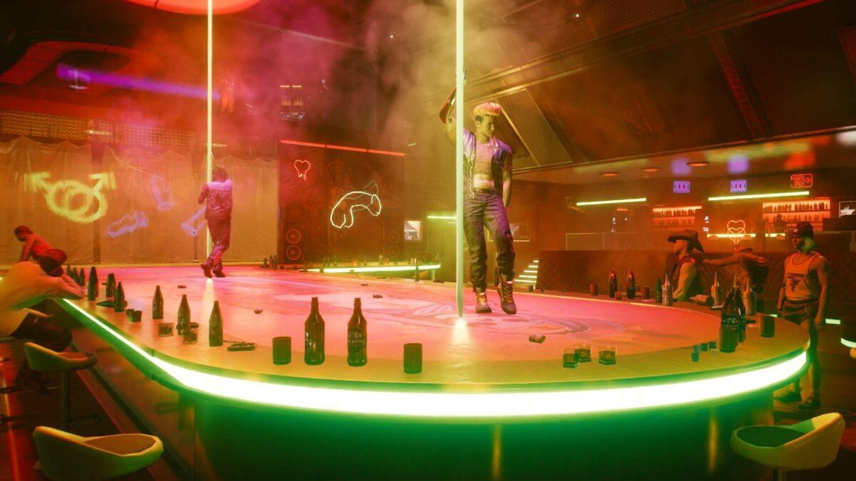 """Cyberpunk 2077 Sex-Kolumne Blick auf die Bühne des Striplokals """"Dicky Twister"""" mit zwei voll bekleideten Tänzern"""