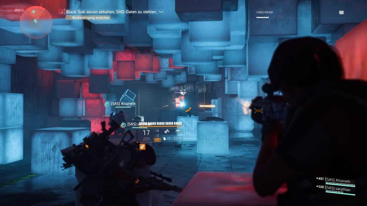 Drei Agenten liefern sich in einer aus rot und blau beleuchteten Boxen geformten Umgebung einen Schusswechsel mit Gegnern.