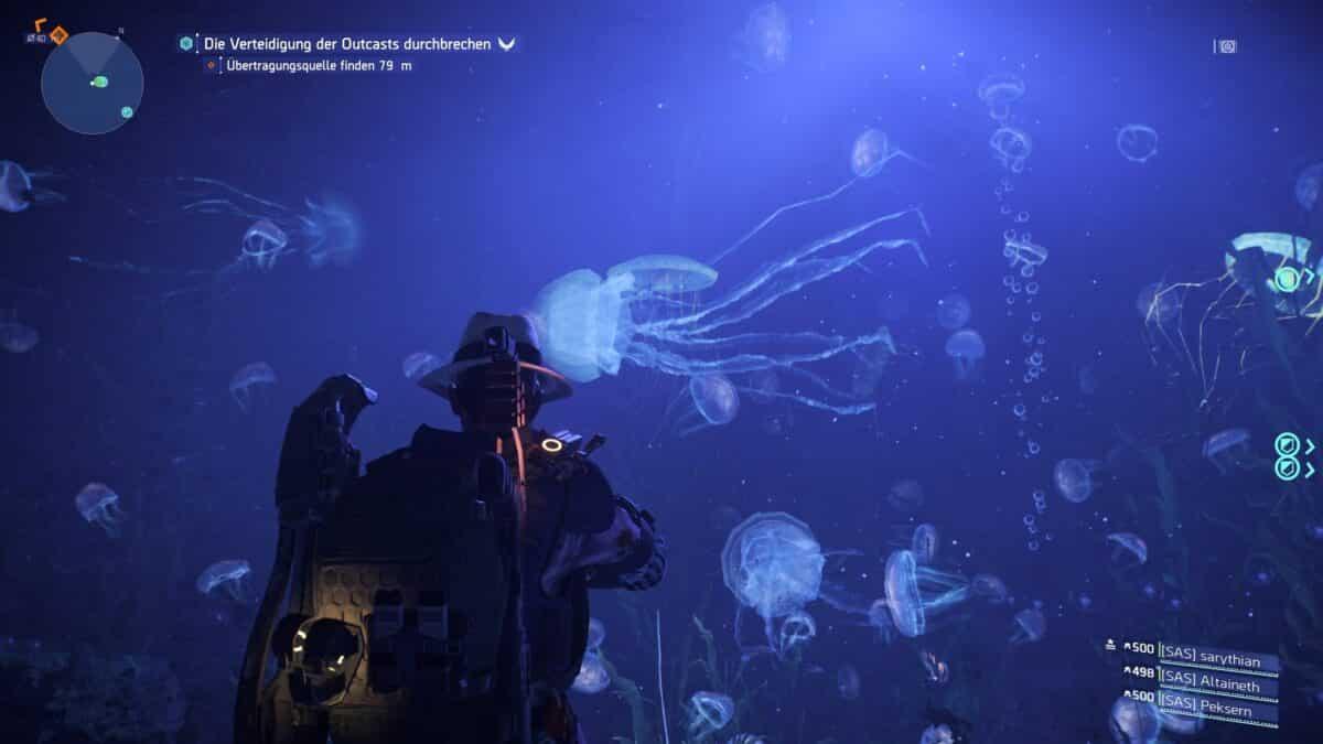 Eine Division-Agentin steht vor einem Tiefsee-Aquarium, in dem riesige Quallen zu sehen sind.