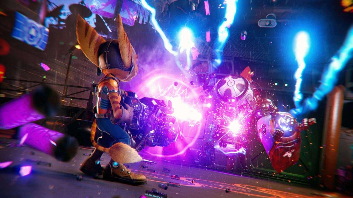 Ratchet kämpft im PS5-Spiel Ratchet & Clank: Rift Apart gegen einen Roboter.